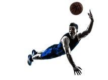 De speler die van het mensenbasketbal werpend silhouet springen Stock Foto's