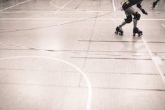De speler die van de rolderby tijdens de concurrentie schaatsen Stock Afbeeldingen