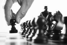 De speler eerste beweging van het schaak Stock Foto's