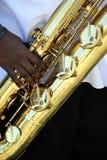 De speler van de baritonsaxofoon het presteren stock foto
