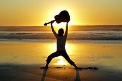 De speler van de gitaar op het strand Royalty-vrije Stock Fotografie