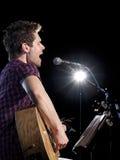 De speler van de gitarist het zingen Stock Afbeeldingen