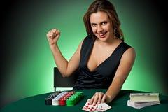 De speler van de pook in casino met kaarten en spaanders Royalty-vrije Stock Fotografie