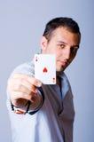De speler van de pook met een Aas van hart in zijn hand Stock Afbeelding