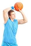 De speler van het basketbal ongeveer om een punt te noteren Stock Afbeelding