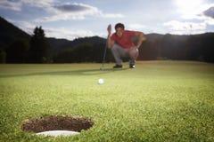 De speler van het golf groen analyseren. Stock Fotografie