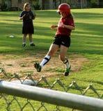 De speler van het meisjessoftball bereikt derde basis royalty-vrije stock afbeelding