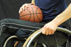 De speler van het rolstoelbasketbal met bal op zijn overlapping Stock Foto's