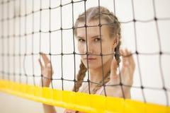 De speler van het sportvrouwvolleyball openlucht op strand stock foto