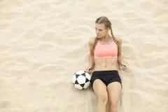De speler van het sportvrouwvolleyball openlucht op strand stock afbeeldingen