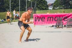 De speler van het strandvolleyball het toejuichen stock foto