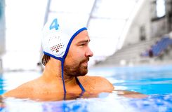 De speler van het waterpolo in een zwembad stock foto's