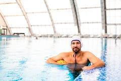 De speler van het waterpolo in een zwembad royalty-vrije stock foto's