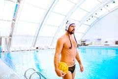 De speler van het waterpolo in een zwembad stock foto