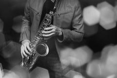De speler van de jazzsaxofoon in prestaties op het stadium Kleurenfilter stock afbeeldingen
