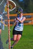 De spelerbewegingen van de Lacrosse van meisjes binnen voor een schot Stock Fotografie