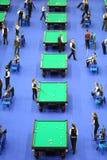 De spelers concurreren in pool Royalty-vrije Stock Afbeelding