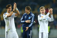 De spelers die van dynamokyiv aan hun ventilators na de Ligaronde van UEFA Europa toejuichen van tweede been 16 passen tussen Dyn stock afbeelding
