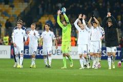 De spelers die van dynamokyiv aan hun ventilators na de Ligaronde van UEFA Europa toejuichen van tweede been 16 passen tussen Dyn stock foto's