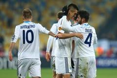 De spelers die van dynamokyiv genoteerd doel, de Ligaronde van UEFA Europa van 16 tweede beengelijke tussen Dynamo en Everton vie Stock Afbeeldingen