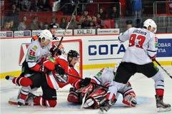 De spelers die van het hockey voor de puck vechten Royalty-vrije Stock Afbeeldingen