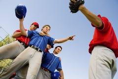De spelers die van het honkbal op gebied debatteren stock fotografie