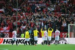 De spelers die van Sevilla FC met ventilators de overwinning vieren stock afbeeldingen