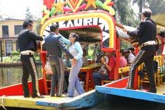 De spelers en de dansers van de Mariachigitaar stock afbeeldingen