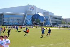 De spelers leiden op het voetbalgebied op bij de stadiondageraad Novosibirsk royalty-vrije stock afbeelding