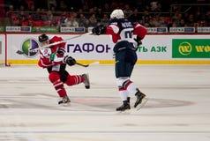 De spelers Slovan (Bratislava) en Donbass (Donetsk) vechten voor de puck Stock Foto's