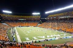 De spelers stellen voor spel over het gebied van universiteitsvoetbal GA op stock fotografie