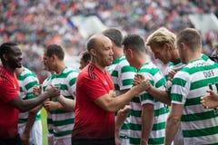 De spelers van beide teams begroeten elkaar bij de hoogte van Pairc Ui Chaoimh, voor de Liam Miller Tribute-gelijke stock afbeeldingen