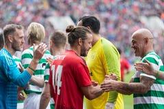 De spelers van beide teams begroeten elkaar bij de hoogte van Pairc Ui Chaoimh, voor de Liam Miller Tribute-gelijke stock foto
