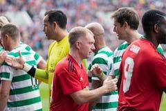 De spelers van beide teams begroeten elkaar bij de hoogte van Pairc Ui Chaoimh, voor de Liam Miller Tribute-gelijke royalty-vrije stock foto's