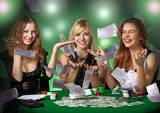 De spelers van de pook in casino met kaarten en chipsv stock afbeeldingen