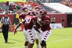 De spelers van de tempel vieren een touchdown royalty-vrije stock afbeeldingen