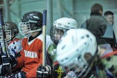 De spelers van het jonge geitjeshockey royalty-vrije stock afbeeldingen