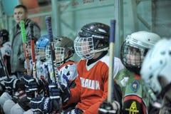 De spelers van het jonge geitjeshockey stock fotografie