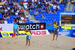 de spelers van het strandvolleyball Stock Afbeeldingen