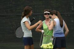 De spelers van het tennis het spreken Stock Afbeelding
