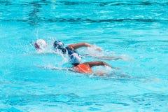 De spelers van het waterpolo in de concurrentie stock foto's