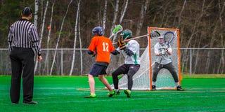 De spelers van de lacrossesport op het gebied stock foto's