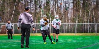 De spelers van de lacrossesport op het gebied stock fotografie