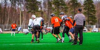 De spelers van de lacrossesport op het gebied royalty-vrije stock fotografie