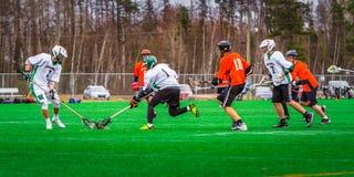 De spelers van de lacrossesport op het gebied royalty-vrije stock foto's