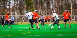 De spelers van de lacrossesport op het gebied stock afbeeldingen