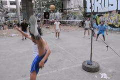 De Spelers van Takraw concurreren in een Gelijke van de Straat royalty-vrije stock afbeelding