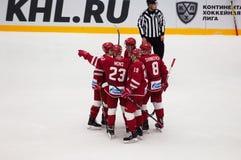 De spelers van Vityaz-team verheugen zich van een score stock fotografie
