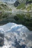 De spiegel die van het bergmeer op de mooie de zomerhemel wijzen Royalty-vrije Stock Fotografie