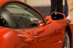 De spiegel van de rechterkant van glanzende rode auto Stock Afbeeldingen